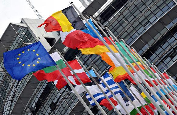 Lippuja EU parlamenti edessä Strasbougissa.