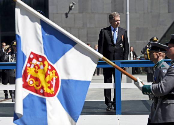 Tasavallan presidentti Sauli Niinistö otti paraatin vastaan sunnuntaina Helsingissä.