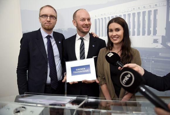 Uuden vaihtoehdon ryhmäjohtaja Simon Elo (vas.), ministeri Sampo Terho ja varapuheenjohtaja Tiina Elovaara.