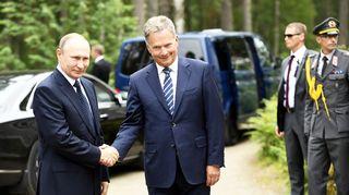 Presidentit Vladimir Putin ja Sauli Niinistö kättelivät ennen tapaamista Punkaharjulla.
