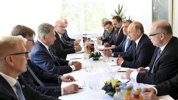 Presidentit Vladimir Putin ja Sauli Niinistö neuvottelevat Savonlinnassa.