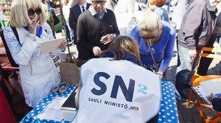 Presidentti Sauli Niinistön kampanjan kannattajakorttien keruu alkoi Hakaniemen maalaismarkkinoilla Helsingissä.