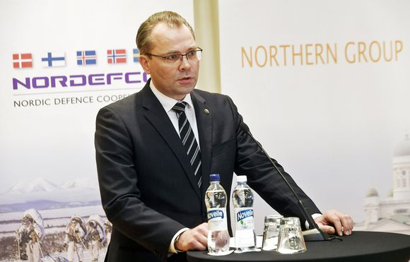 Puolustusministeri Jussi Niinistö puhuu lehdistölle.
