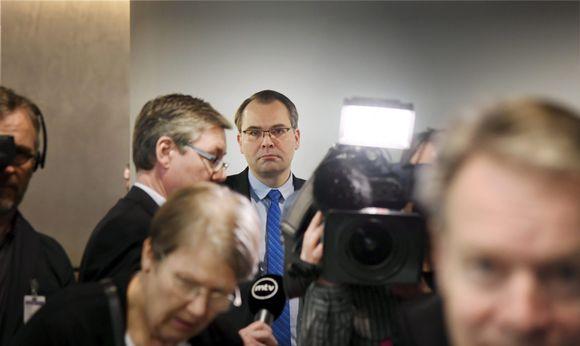 Jussi Niinistö median ympäröimänä