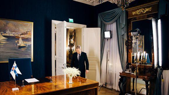 Tasavallan presidentti Sauli Niinistö astuu saliin uudenvuodenpuheen nauhoitusta varten.