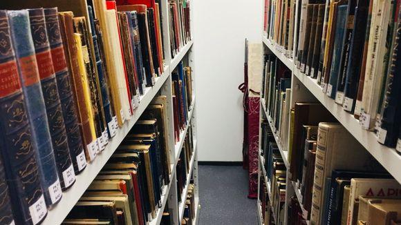 Kirjoja hyllyssä kirjastossa
