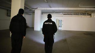 Jesse Koskinen ja Juho Koivunen tutkivat rakennusta.