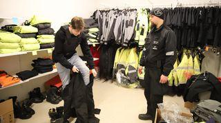 Jesse Koskinen kokeilee vartijan työasua.