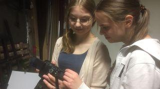 Lotta Karonen oppi uusia ominaisuuksia järjestelmäkameroista.