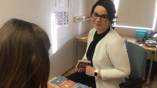Johanna Mäenpää ohjaa nuorta tunnekorttien kanssa