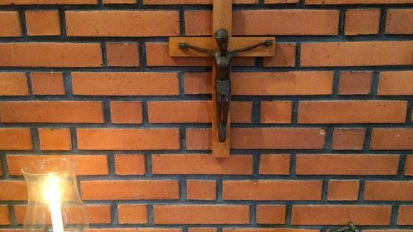 kirkko kristinusko risti kirkko kynttilä inri Jeesus ristillä