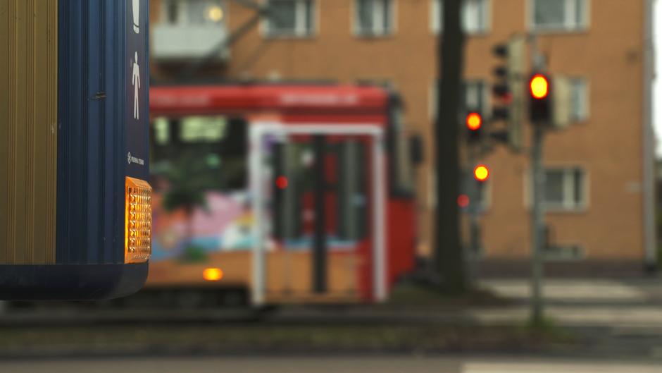 Odota-valo palaa Helsingin Mäkelänkadun liikennevaloissa