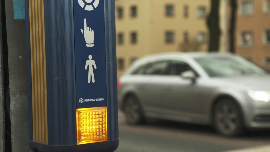 Liikennevalojen odota-valo palaa Mäkelänkadulla Helsingissä.