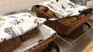 REDU Lapin koulutuskeskus ravintolan linjastolla leipäkoreja.