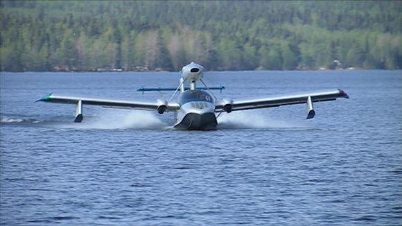 ATOL 650 LSA amfibio-kone rullaa vedessä
