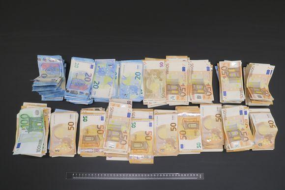 Kotietsinnässä takavarikoitiin isoja määriä käteistä rahaa.
