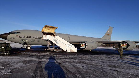 Naton tankkauskone Rovaniemen lentokentällä.