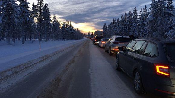 Sodankylän Kakslauttasen liikenneonnettomuus sulki Nelostien maanantaina kerryttäen vajaan parin kilometrin autojonon.