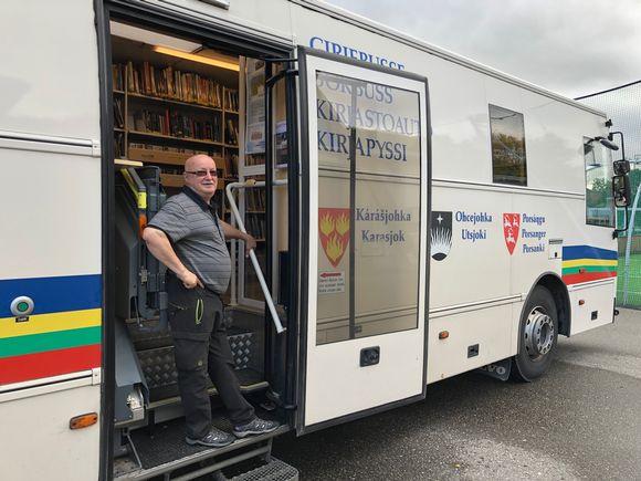 Toivo Rasmus on kuljettanut pitkään Suomen ja Norjan yhteistä kirjastoautoa. Mittariin on kertynyt yli kolme sataa tuhatta kilometriä. Utsjoki 3.9.2019