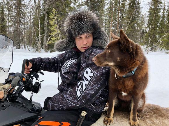 Lapin paliskunnan poroisäntä Antti Äärelä ja porokoiransa Ruvge. Vuotso, Sodankylä 11.3.2020.