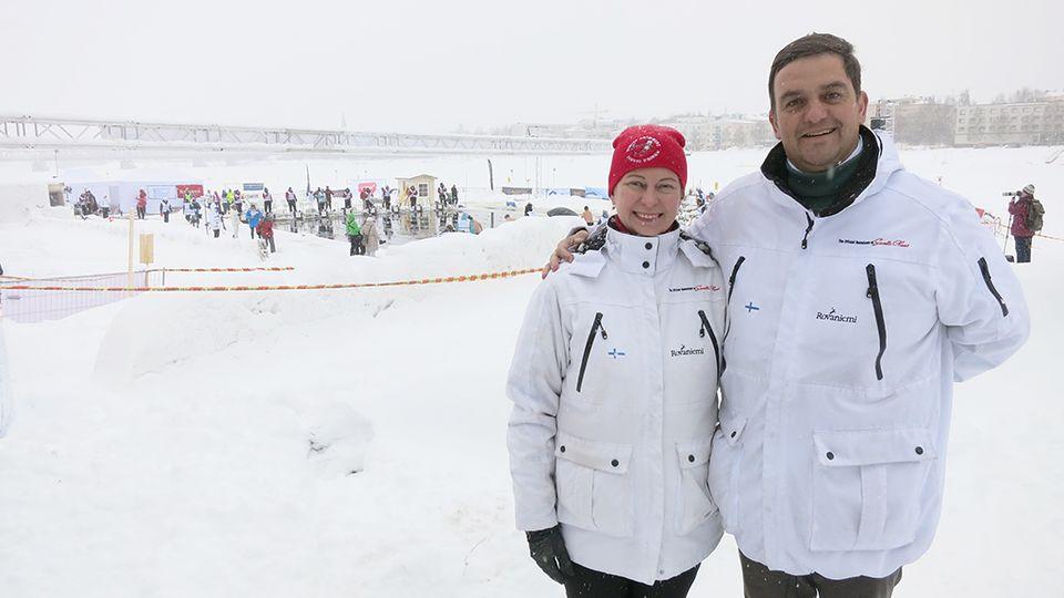 Kansainvälisen talviuintiliiton puheenjohtaja Mariia Yrjö-Koskinen sekä  varapuheenjohtaja John Coningham-Rolls cfdc24c44b