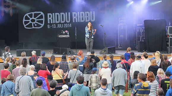 Maxida Märak esiintymässä Riddu Riđđu -festivaaleilla Tromssan läänin Kaivuonon Olmavankassa