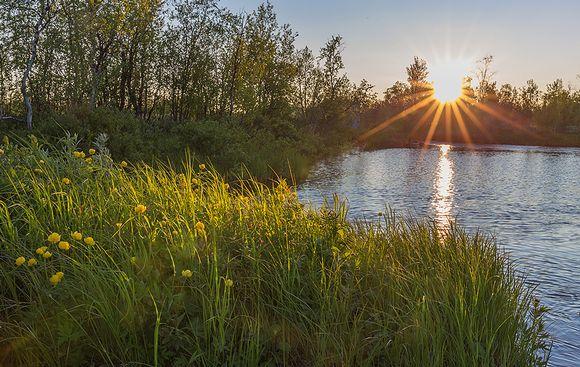 Keskiyön aurinko Enontekiön Hietajoella
