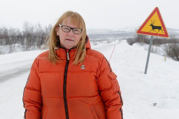 Taksiyrittäjä Elli-Maria Kultima Kilpisjärventiellä.