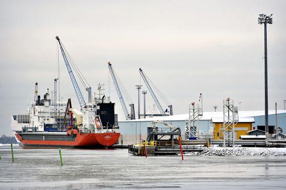 Laivaa lastataan Rauman satamassa Raumalla 30. tammikuuta.
