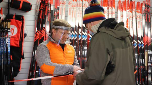 Kari Jokelainen esittelee suksia asiakkaalle.