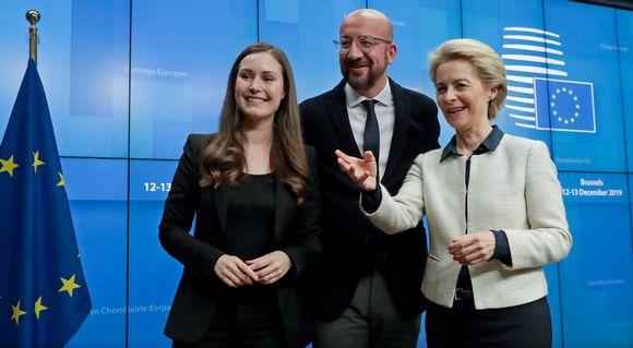 Sanna Marin, Charles Michel ja Ursula von der Leyen hymyilevät.