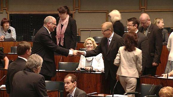 Vastavalittu Eduskunnan puhemies Eero Heinäluoma ottaa vastaan onnitteluita edustajatovereiltaan Eduskunnan istunnossa 23. kesäkuuta 2011.