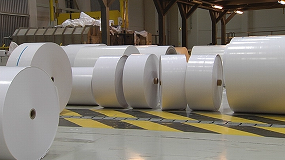 Paperirullia tehtaalla.