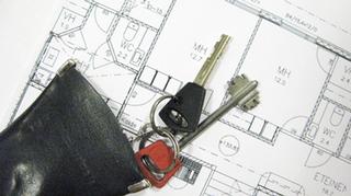 Asunnon pohjapiirustus ja avaimet.