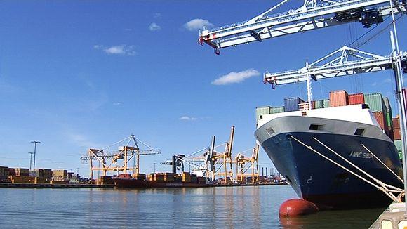 Rahtilaivojen lastausta Vuosaaren satamassa.