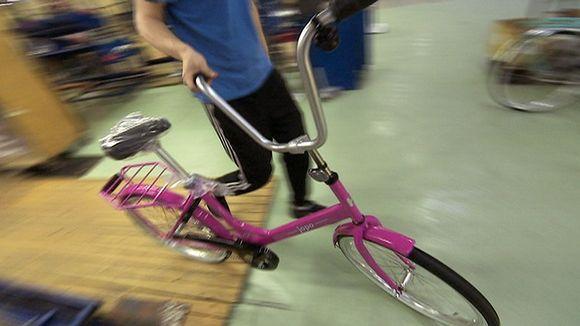 Valmista Jopo-pyörää talutetaan kokoonpanolinjan päässä.