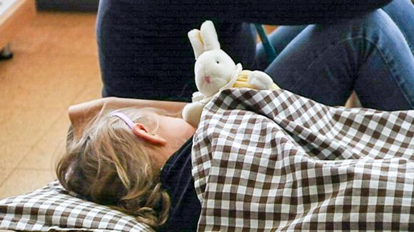 lapsi nukkuu pehmopupu kainalossa