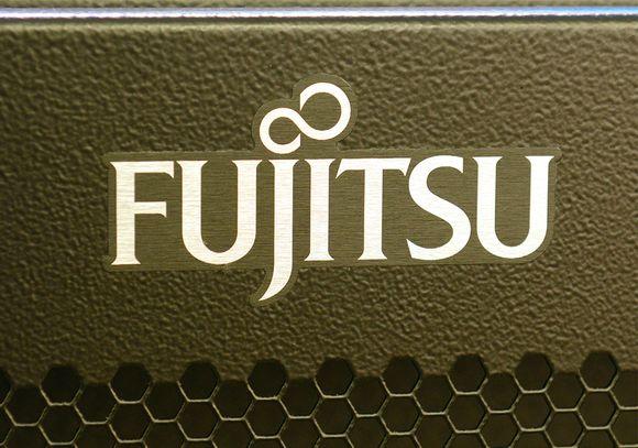 Fujitsun logo tietokoneen kyljessä.