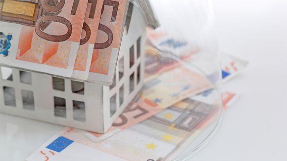 Paperista tehty talo jolla on seteleistä tehty katto.