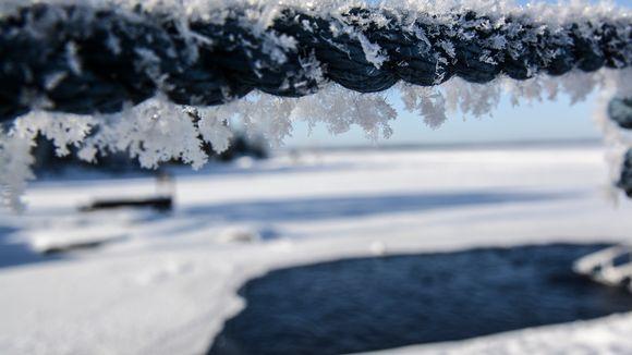 Lumihiutaleita köydessä