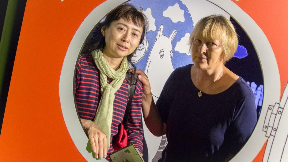 Miyuki Noda ja Helena Koskela Muumimuseossa