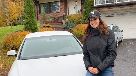 Jessica Sakala istuu autonsa konepellillä.