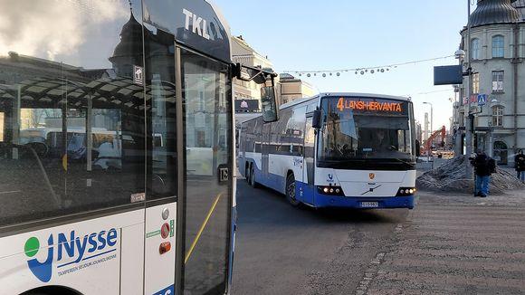 Busseja Tampereen keskustorilla.
