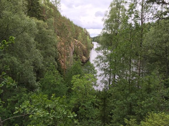 Virtain Torisevanjärven rauhaa aivan 66-tien vieressä.