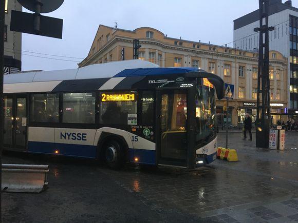 Kakkosen bussi kurvailee Tampereen keskustorilla.