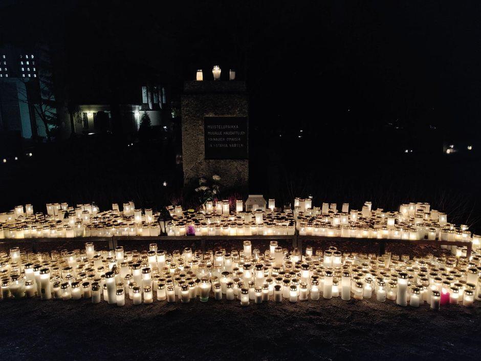 Kynttilämeri muualle haudattujen muistomerkillä