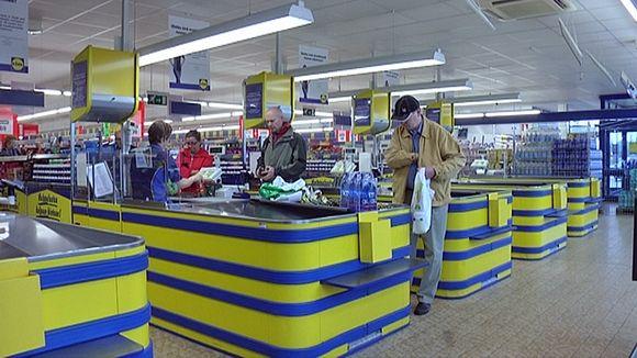 Kassalinjoja Lidl-myymälässä.