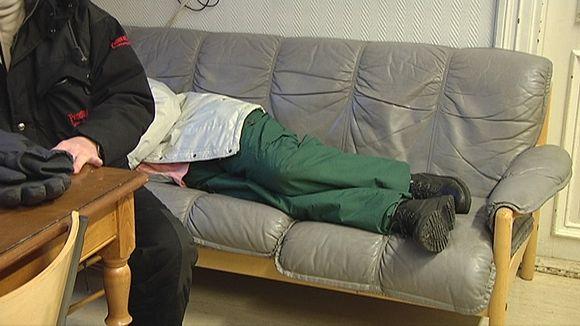 Nainen nukkuu sohvalla Mustassa Lampaassa.