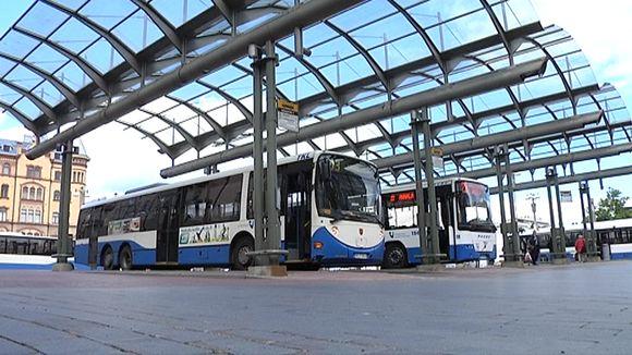 Busseja katoksessa Keskustorilla.