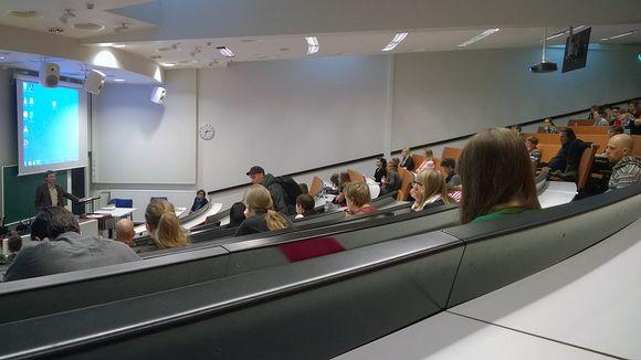 Видео: Opiskelija valitsee usein lähikorkeakoulun opinahjokseen. Kuvassa Tampereen yliopiston opiskelijoita.